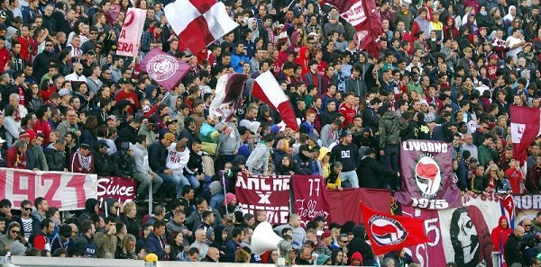 Livorno, notte di paura dopo la retrocessione | Squadra assediata dai tifosi, Pinsoglio aggredito