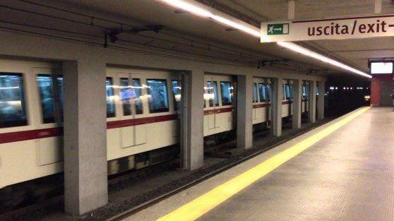 Roma, con un'arma giocattolo nella metro | Vagava ubriaco, è stato fermato dai militari