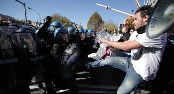 Brennero, scontri tra black bloc e polizia | Quattro agenti feriti, almeno 20 fermati
