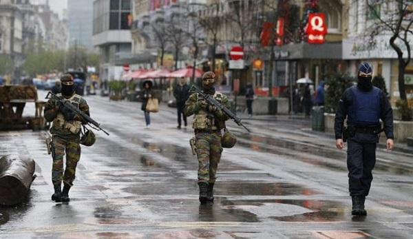 Terrore a Bruxelles, spari contro la polizia | Attivi diversi attentatori, ucciso uno di loro
