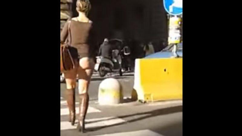 """Gira in perizoma per le vie di Napoli, il <u><b><font color=""""#343A90"""">VIDEO</font></u></b> spopola su Facebook"""