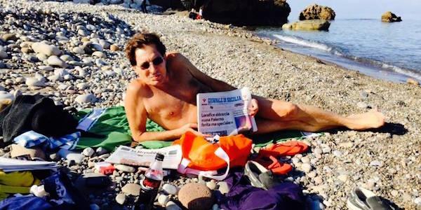 La risposta di Crocetta alla frase choc di Vecchioni | Foto in spiaggia e in costume per il governatore