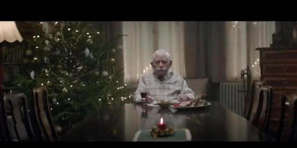 Natale, il nonno si finge morto per rivedere la famiglia. Lo spot che sta commuovendo il mondo