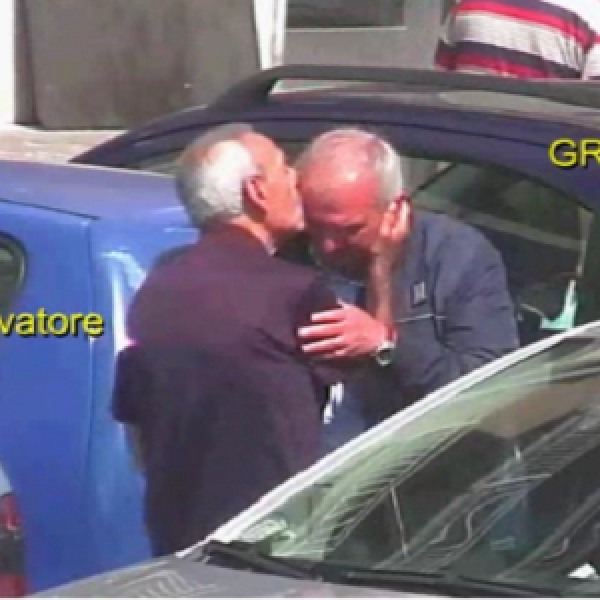 """Mafia, devozione e baci in fronte: il &#8220;galateo&#8221; immortale di Cosa Nostra <u><b><font color=""""#343A90"""">VIDEO</font></u></b>"""