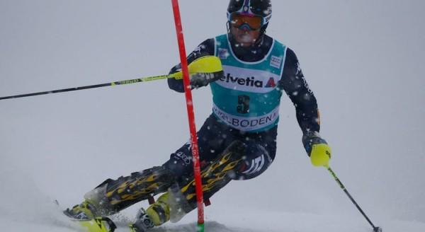 Sci, Rottura del crociato per Razzoli nello slalom di Kitzbühel, stagione finita. Vittoria a Kristoffersen