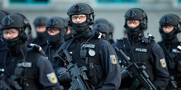 Germania, presunto terrorista in fuga | Arrestate a Chemnitz due persone sospette