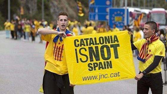 Barcellona, indipendentisti catalani bloccano il centro