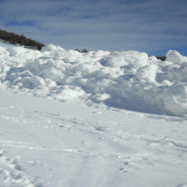 Canada, tragedia in montagna | Una valanga travolge cinque sciatori