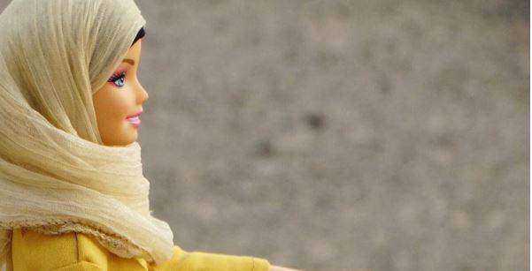 """Dopo quella curvy, arriva """"Hijarbie"""" la barbie con il velo: l'idea è di una ricercatrice nigeriana /FOTO"""