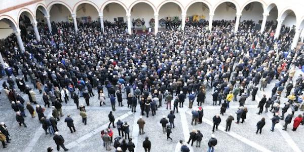 """Milano, grande folla per i funerali di Eco   Benigni: """"Gente come lui serve tra di noi"""""""