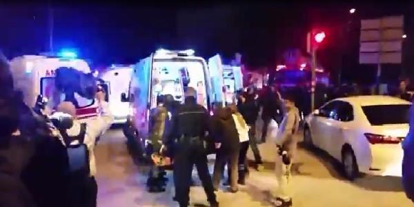 Circondati dalla polizia, si fanno esplodere