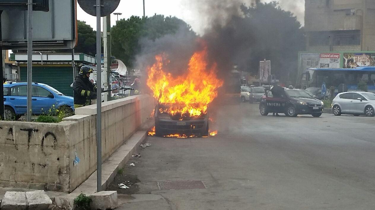 Palermo, disoccupato si dà fuoco sull'auto   L'uomo aveva perso il lavoro da poco tempo