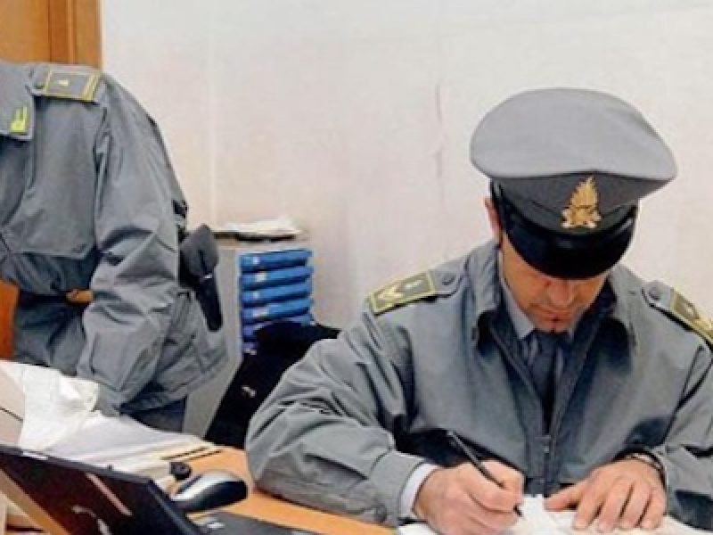 Corruzione: 15 arresti per due associazioni a delinquere