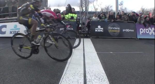 Ciclismo, Belgio: Debusschere vince la Attraverso le Fiandre. Minuto di silenzio per le vittime degli attentati