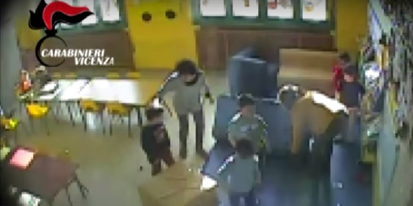 Ancora un caso di maltrattamenti in un asilo | Una maestra 'sputava al bimbo per educarlo'