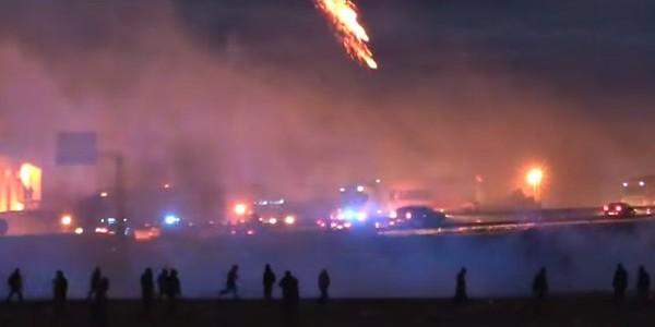 Ricomincia lo sgombero del campo di Calais | Nella notte altri scontri migranti-polizia