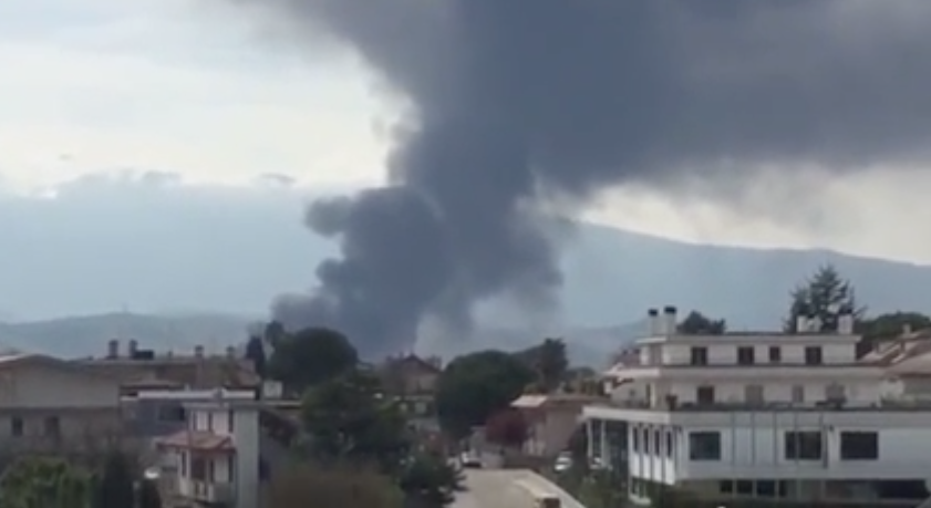 Teramo, incendio alla Italpannelli di Ancarano | Vigili del fuoco al lavoro per spegnere le fiamme