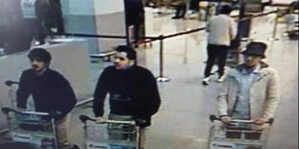 """Terrore a Bruxelles, esplosioni in aeroporto <u><b><font color=""""#343A90"""">FOTO</font></u></b>  Scalo distrutto, bilancio di 14 morti e 80 feriti <u><b><font color=""""#343A90"""">VD</font></u></b>   Tre gli italiani feriti, non sono gravi    I media: &#8220;Arrestati due sospetti a Maelbeek&#8221;"""