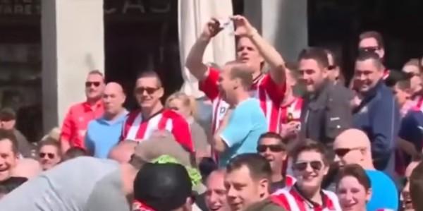 Madrid, vergogna hooligans: tifosi del PSV lanciano monete ai mendicanti
