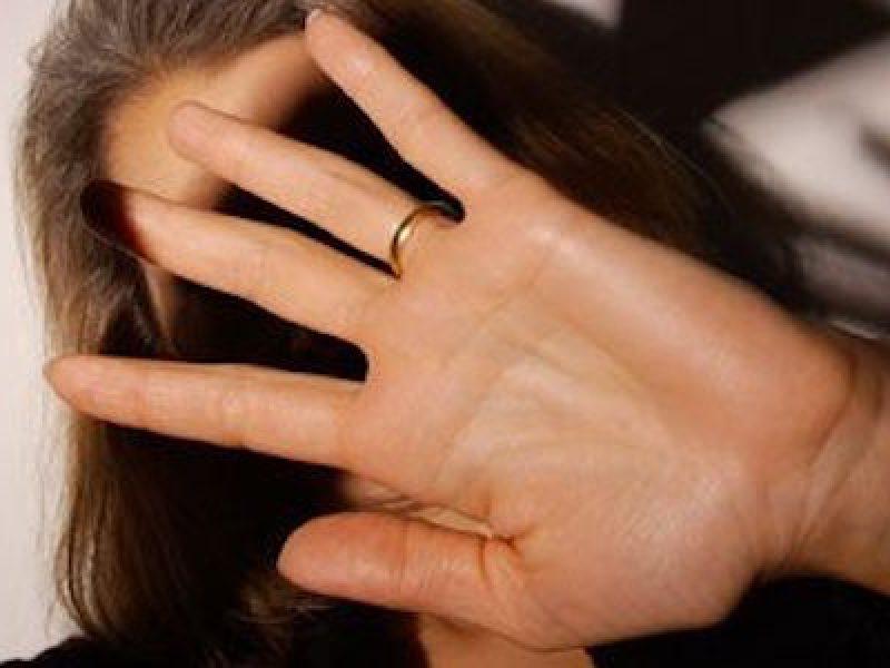 62enne aggredisce moglie e figlio, sono gravi