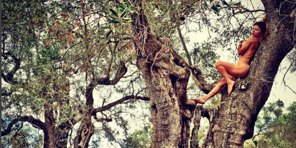 Gossip, Naike Rivelli sempre esagerata su Instagram: nuda su un albero nel Salento /FOTO