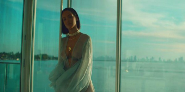 Rihanna super sexy nel nuovo video: tanga e vestaglia trasparente super sexy