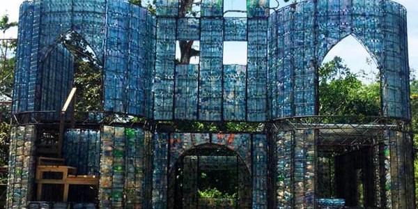 Isola di Colon, l'eco villaggio dove le abitazioni sono costruite con bottiglie di plastica