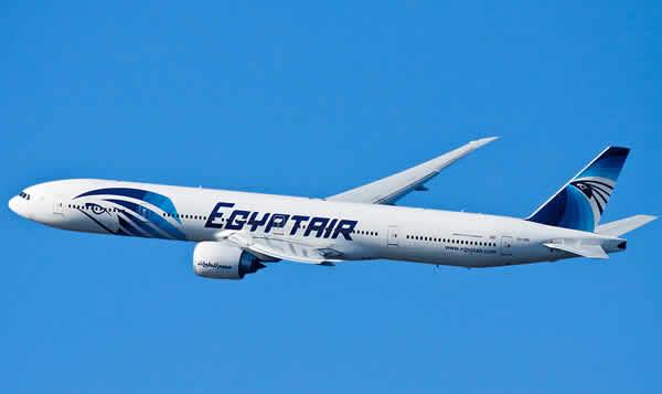 EgyptAir, trovati resti umani e alcune valigie |Satellite Esa rileva una macchia d'olio in mare