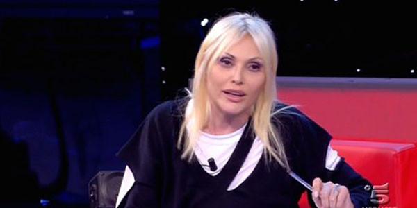 Anna Oxa minaccia i giornalisti: