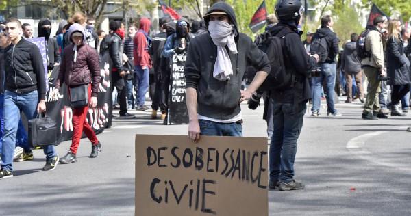 Francia, continuano le proteste contro il 'Jobs Act'  Disordini a Parigi, scontro governo-sindacati