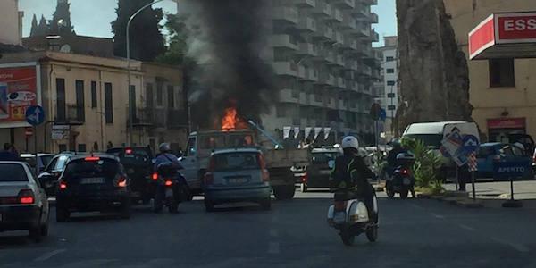 "Palermo, brucia un camper in centro: fiamme alte e traffico in tilt <u><b><font color=""#343A90"">FOTO</font></u></b>"