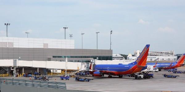 Sparatoria all'aeroporto di Dallas: ferito e arrestato un uomo di 29 anni