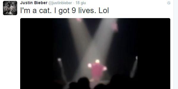 Justin Bieber cade dal palco in pieno concerto