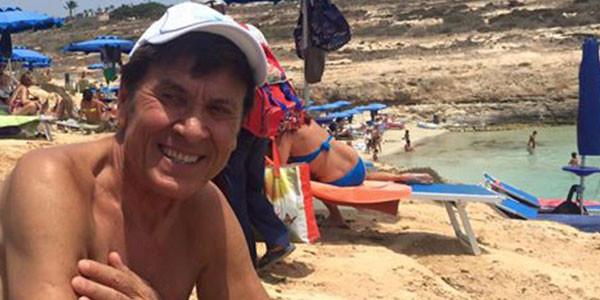 Gianni Morandi: foto al mare senza costume? il web si scatenaCOMMENTA