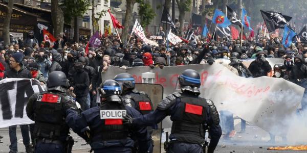 Parigi, scontri durante il corteo contro il 'Jobs Act'| 40 feriti tra i manifestanti e le forze dell'ordine