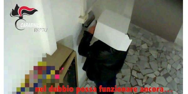Furbetti cartellino con scatola in testa