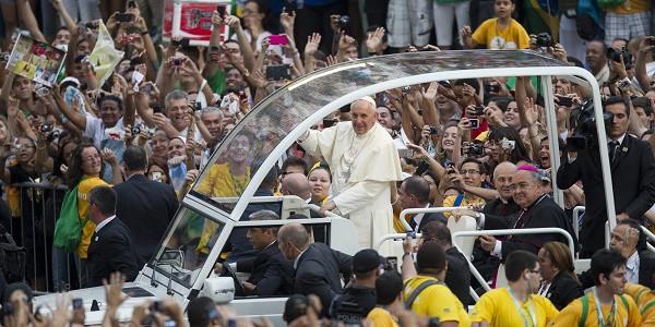 Il papa ai giovani sognate e non accettate l odio la - Papa francesco divano ...