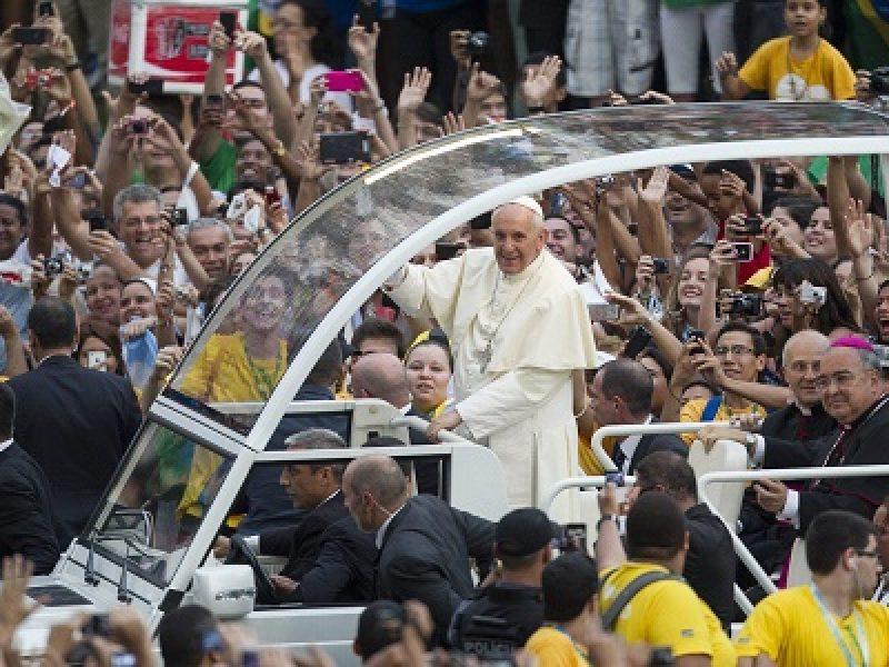 Il papa ai giovani sognate e non accettate l 39 odio la - Papa francesco divano ...