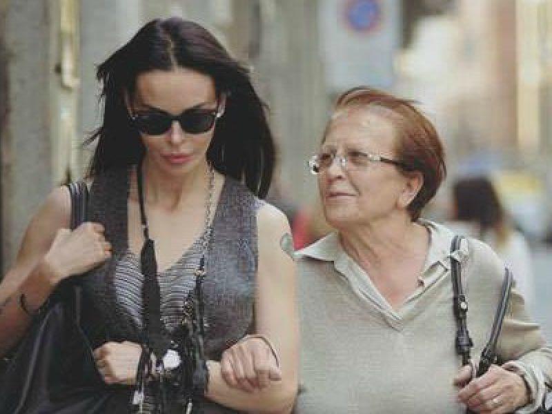 Nina moric contro la madre andr in vacanza con mio - A letto con mio figlio ...