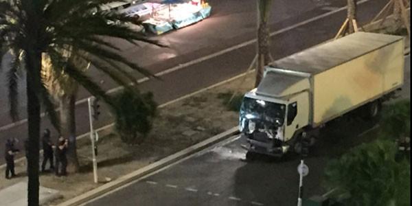 Strage Nizza ultime notizie, una sola auto della polizia bloccava la Promenade