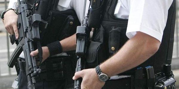 Gb, un uomo armato sequestra due ostaggi |È un ex dipendente di una sala da bowling