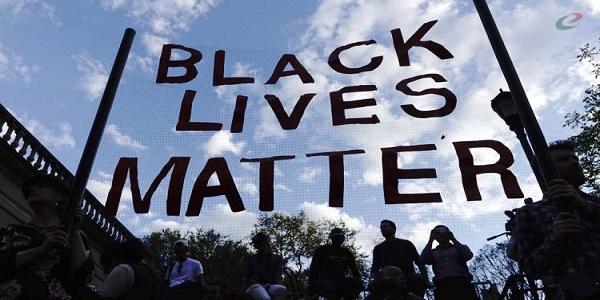 Los Angeles, nero di 18 anni ucciso dagli agenti | Secondo la polizia era armato, per i testimoni no