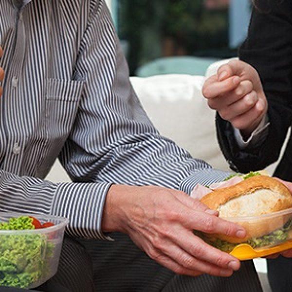 Gli italiani rivoluzionano il modo di mangiare tra apericena e gavetta in ufficio