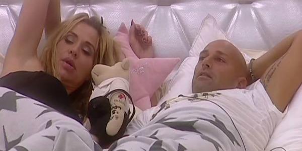 Gossip Gf Vip, effusioni hot sotto le coperte tra Valeria Marini e Stefano Bettarini /VIDEO