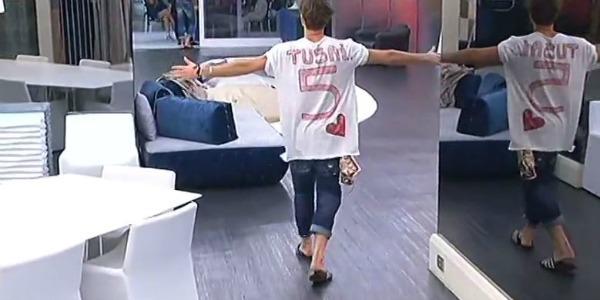"""Grande Fratello Vip, Andrea Damante dedica una maglietta alla fidanzata Giulia: """"Ti amo pollicino"""" /VIDEO"""