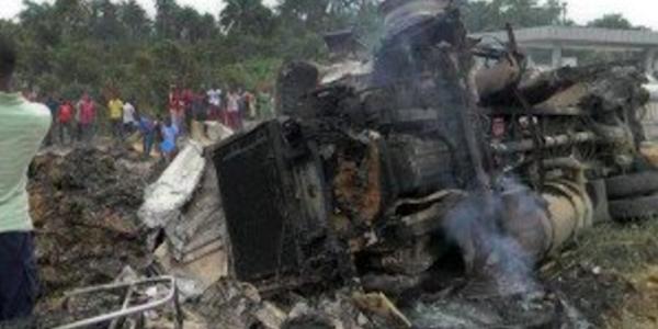Esplode un camion cisterna, almeno una quarantina di morti