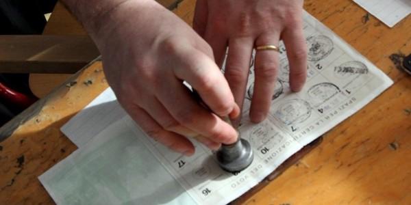 Napoli, promettevano soldi in cambio del voto | Tre arrestati, sequestrate 321 tessere elettorali