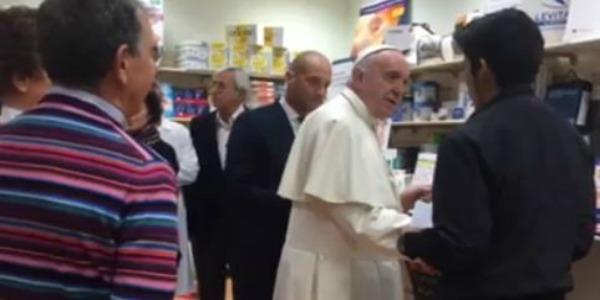 "Papa Francesco fa shopping per le vie di Roma | Sorpresa ed emozione per i passanti – <u><b><font color=""#343A90"">VD</font></u></b>"