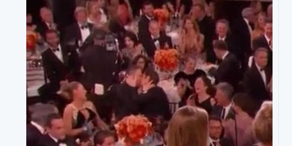 Golden Globes, la reazione di Emma Stone al bacio Reynolds-Garfield