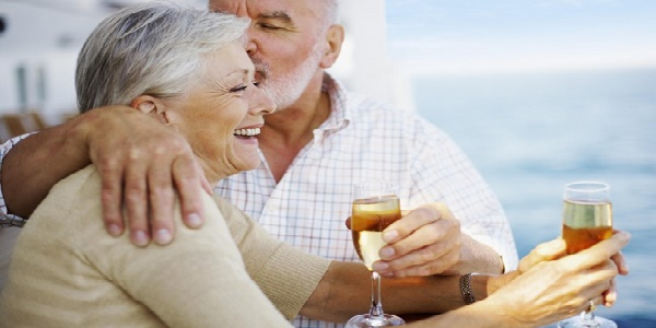 Non è troppo tardi per innamorarsi di nuovo: 1 anziano su 4 lo desidera